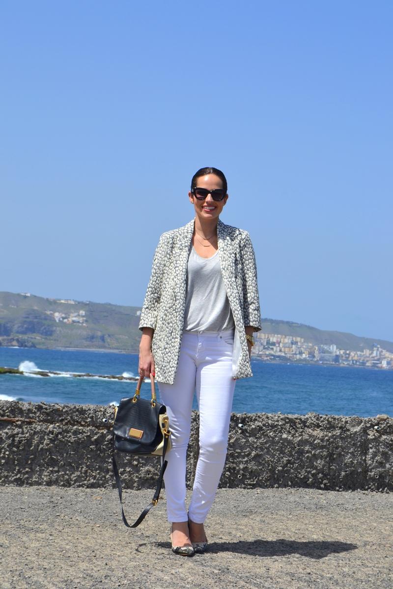 zara-printed-leo-blazer-white-jeans-soft-outfit-street-style