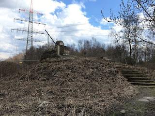 Der Brachenthron. Ein Thron aus Bauschutt der Brache Vondern steht auf einer kleinen Anhöhe. Nach oben führen Stufen.