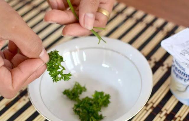 Cách trị nám da mặt hiệu quả bằng rau mùi tây và sữa chua