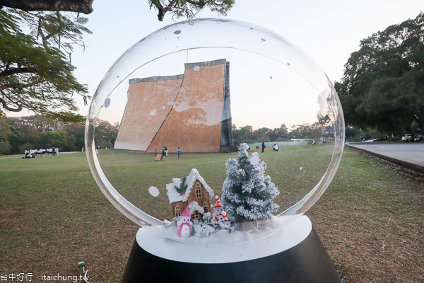 2019東海大學聖誕季 路思義教堂旁出現一顆雪景水晶球
