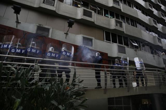 Tropas militar e municipal agem com bombas de efeito moral e tiros de bala de borracha para conter confusão na Câmara de Florianópolis (SC)