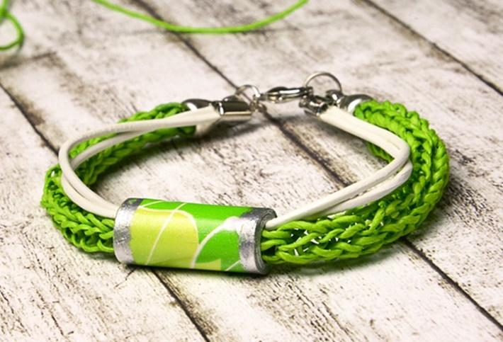 Armband aus Papierperlen und Papierschnur