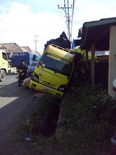 Hindari Lobang, truk nanas terguling