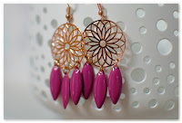 boucles d'oreilles estampes roses dorées et pampilles prune