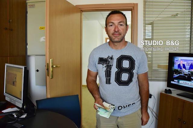 Υπάλληλος της καθαριότητας στο Ναύπλιο βρήκε 800 ευρώ και τα παρέδωσε στην αστυνομία (βίντεο)
