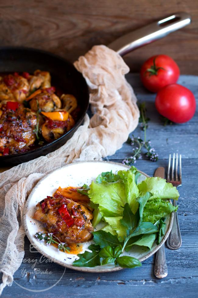 kurczak z patelni z papryką i pomidorami duszony w winie