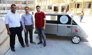 La creación de un coche solar en la franja de Gaza es más difícil de lo que sería en otras áreas del mundo. Los materiales, los motores de corriente continua que necesitaban no están disponibles en Gaza. Según Miqaty, nadie sabe cómo construir motores de DC. De este modo, los estudiantes tuvieron que adaptar un motor diferente para trabajar en el coche.