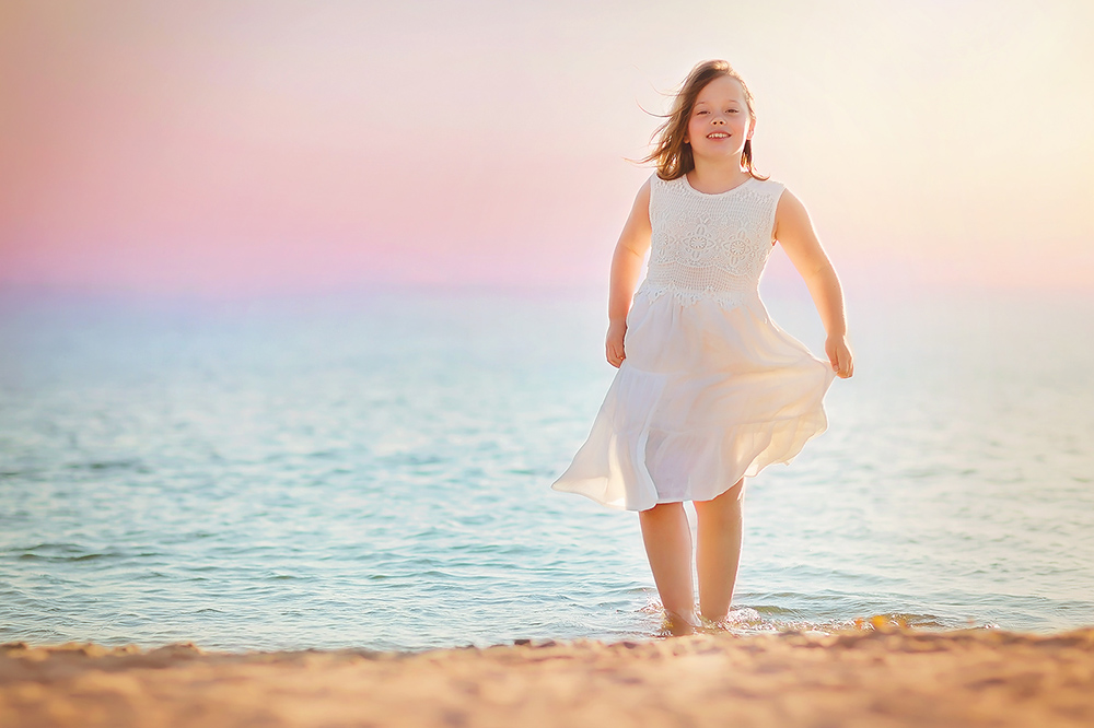 image of a girl on the beach by Willie Kers of GlamourKidz Photography the netherlands