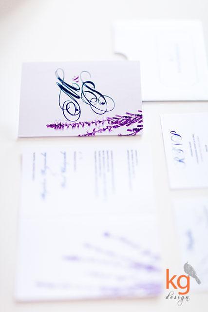 artystyczne zaproszenie ślubne, zaproszenie na ślub, zaproszenie na ślub cywilny, kolorystyka zaproszenia: biały, granatowy, fuksjowy, fioletowy, wrzosowy, zaproszenie z motywem wrzosu, klasyczne i eleganckie, zaproszenie na jesienny, wrześniowy ślub, wrzos, modyfikacja zaproszenia, zaproszenie wiązane wstążką satynową, monogram, logo narzeczonych, motyw przewodni, inspiracje ślubne, weselne, delikatne, eleganckie, motyw kwiatowy, zaproszenie z kwiatami, gałązki wrzosu, spersonalizowana koperta, nadruk na kopercie, R.S.V.P., mapka dojazdu, potwierdzenie przybycia, kg design,