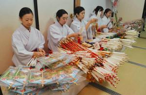 諏訪大社で正月の縁起物の準備