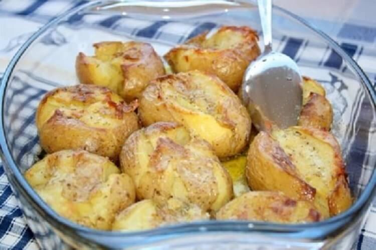 Дуже смачна і ароматна картопля, запечена по-португальськи! Часник і розмарин дають неповторний аромат!