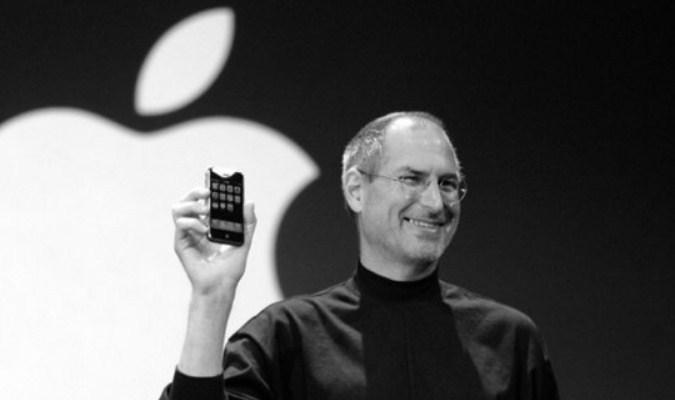 Steve Jobs dengan Sebuah iPhone