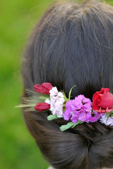 coafura cu flori de gradina in par