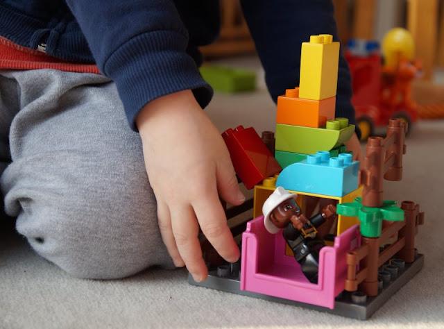 Abtauchen ins Reich des Spielens: Ein Plädoyer für mehr Quality Time in der Familie (+ Verlosung). Wir spielen so gerne zusammen und tauchen ganz in die Welt der Phantasie ab!