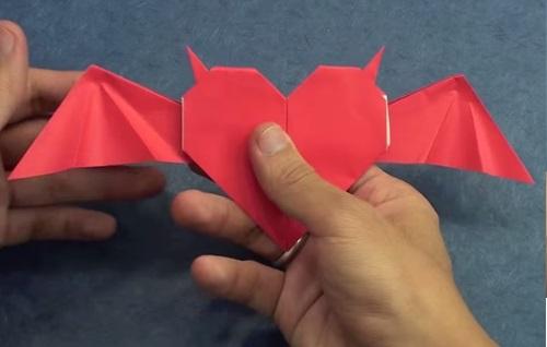 Cách gấp trái tim giấy với đôi cánh ác quỷ p4