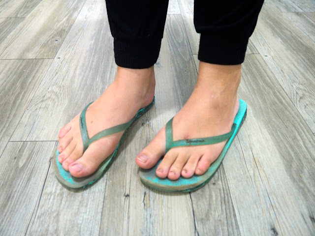 Slouching Around - outfit shoe details of turquoise flip flops