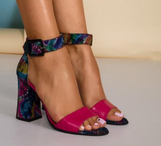 Sandale de piele fucsia cu imprimeu multicolor pe toc