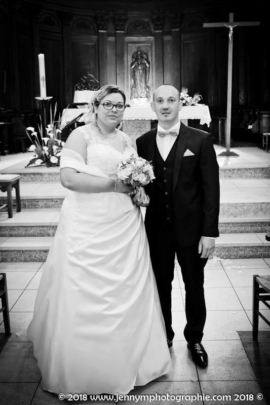 portrait des mariés dans l'église photo noir et blanc