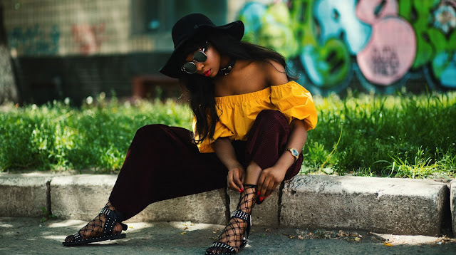 Muchacha de raza negra modelando para la cámara en un trabajo fotográfico