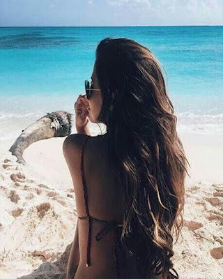 pose tumblr de espalda sentada en la playa