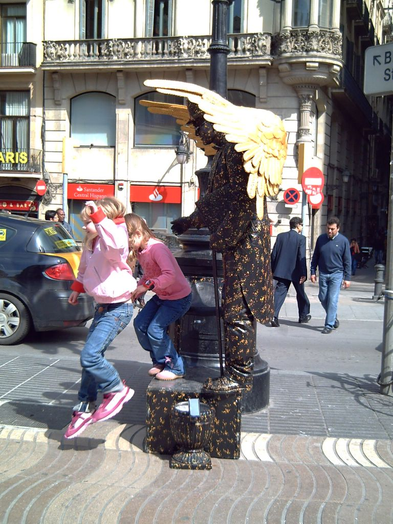 Las Ramblas' Angel with girls