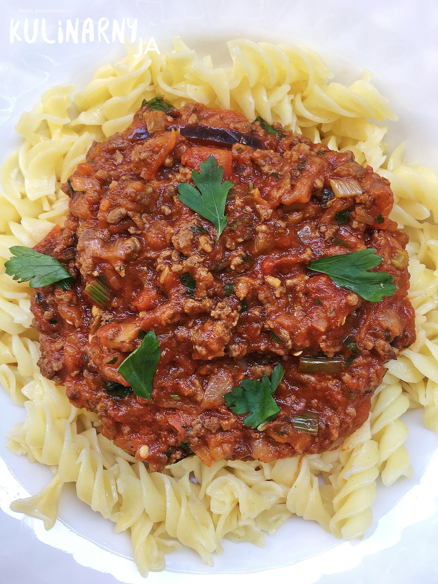 Makaron w sosie pomidorowym z wołowiną i bakłażanem