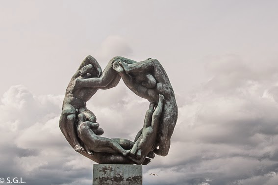 La rueda de la vida en el parque de Vigelan en Oslo