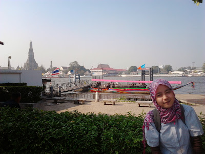 "<a href=""url gambar""><img alt=""travelling wat arun bangkok thailand"" src=""urlgambar"" title=""traveling wat arun bangkok thailand"" />"