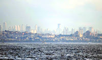 Metropol kent İstanbul'un Sultanahmet ve Ayasofya camileriyle birlikte gökdelenlerinin de görüldüğü denizden bir manzarası