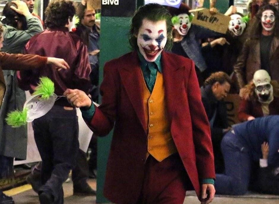 """Novas imagens e vídeo de """"Coringa"""" levam o Palhaço do Crime num passeio pelo metrô"""
