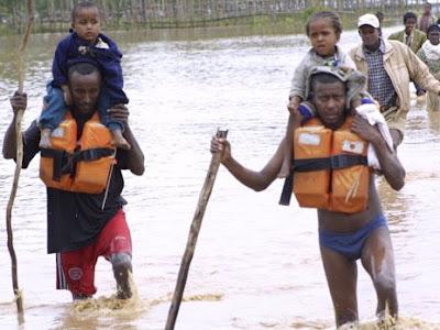 Foto de personas ayudando a niños a salir del agua