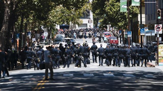 La Policía de EEUU se enfrenta con manifestantes en California