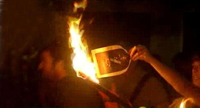 Los investigados por quemar fotos del Rey plantan al juez
