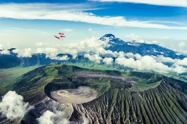 Terbang di Gunung Bromo, Pulau Jawa, Indonesia