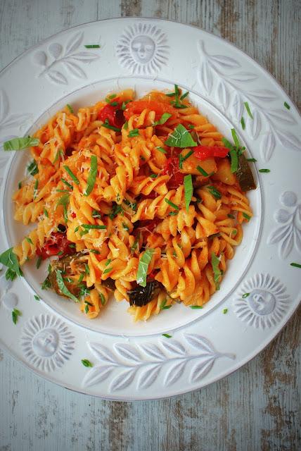 Malma,fusilli,makaron,kuchnia włoska,dania wloskie z makaronu,dania z makaronu,woj len,olej kokosowy,oliwa z oliwek,bazylia, czosnek,papryka,cukinia baby,cucina italiana,