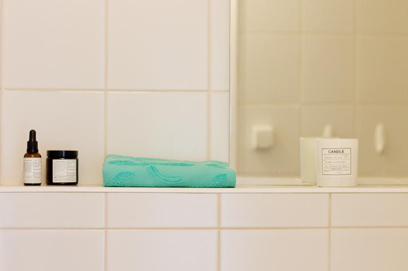 ministerstwo dobrego mydła, turkus, biała łazienka, detale w łazience, świeczka h and m, h&m, lustro w łazience, białe kafelki w łazience