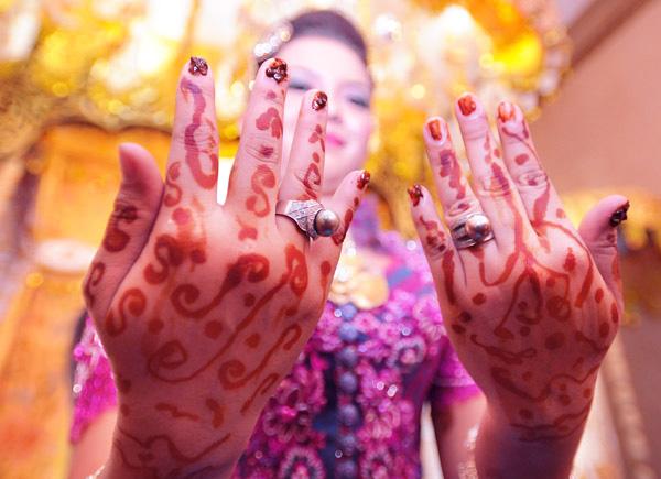 Dengan lukisan inai, tangan dari calon pengantin jadi terlihat sangat indah