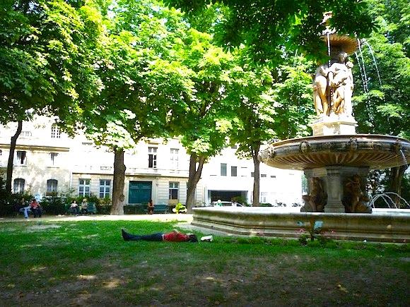 Passeio pelos parques de Paris em agosto
