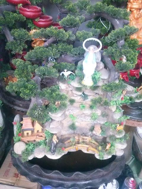 thác nước phong thủy với tượng Đức Mẹ, có đèn led