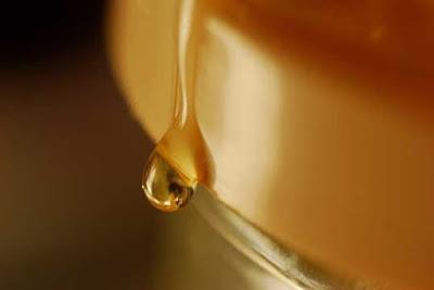 Cara menghilangkan lingkar hitam bawah mata dengan madu