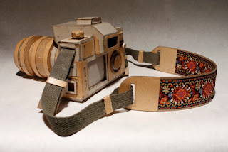cámara fotografica hecha con cartón reciclado