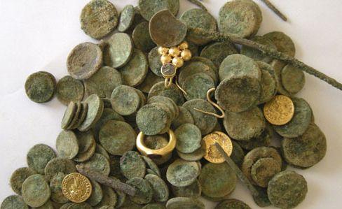 Monedas antiguas y joyas de la época de los emperadores romanos