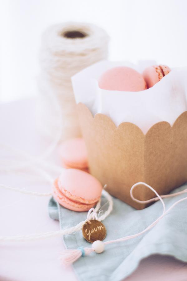 Geschenke aus der Küche hübsch verpacken – Verpackungsidee um Macarons schön zu verschenken. titatoni.de