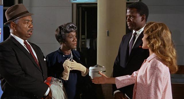 La famille de Sidney Poitier face à sa fiancée blanche dans Devine qui vient dîner (1967)