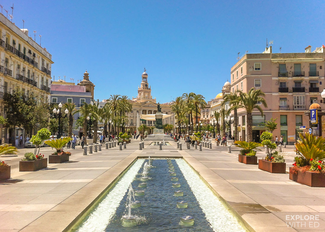 Cádiz square with restaurants and fountains