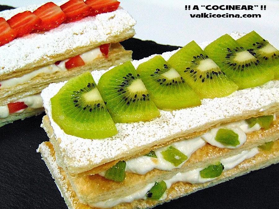 Milhojas de hojaldre con nata (crema de leche) y fruta: fresa y kiwi