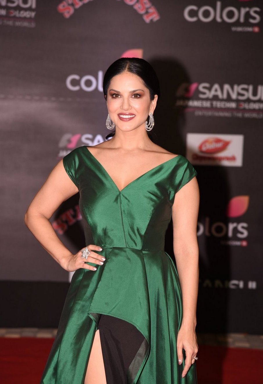 Sunny Leone In Green Dress At Star Dust Awards