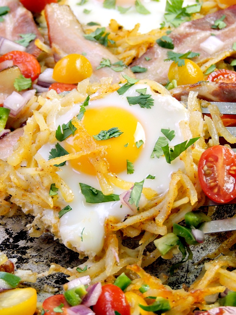 This delicious, easy to make breakfast has everything all in ONE PAN. Crispy hash brown potatoes, bacon, and eggs, all topped with a delicious fresh tomato salsa. #ad #sheetpan #breakfast #eggs #bacon #potatoes #salsa #southwestern #onepan #easy #recipe | bobbiskozykitchen.com