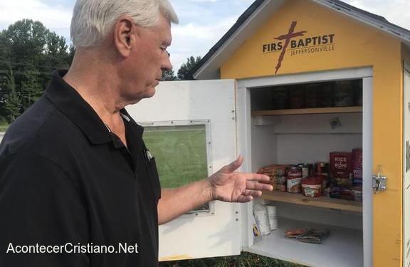 Caja con alimentos para personas necesitadas