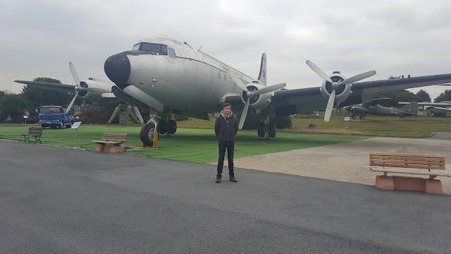 Harun İstenci Douglas C-54 Skymaster yolcu uçağı önünde, İstanbul Havacılık Müzesi.